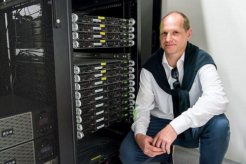 Když nestačilo rozlišení experimentálních metod, pomohli jsme si při našem zkoumání materiálů simulacemi na superpočítačích.